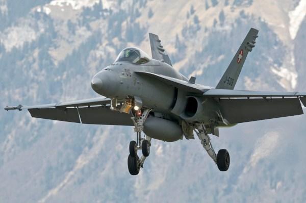 Um caça F/A-18C Hornet chegando para pouso na Base Aérea de Meiringen.