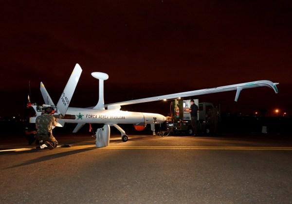 Um VANT Hermes 450 do Esquadrão Hórus sendo preparado para uma missão de vigilância noturna. (Foto: Sgt. Rezende / Agência Força Aérea)