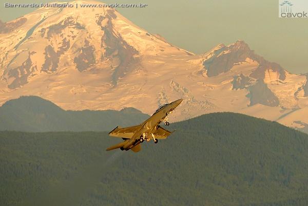 Decolagem do Super Hornet da Marinha dos EUA com o Mount Baker ao fundo. (Foto: Bernardo Malfitano / Cavok)