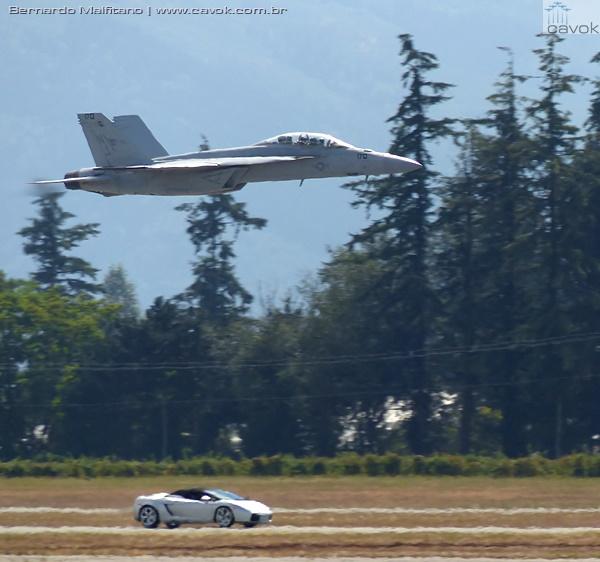 Competição entre um Lamborghini Gallardo e um F/A-18 da Marinha dos EUA. (Foto: Bernardo Malfitano / Cavok)