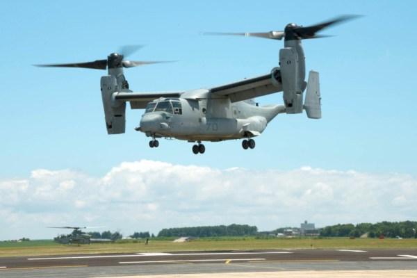 Um MV-22B Osprey equipado com uma parte feita em impressora 3D realiza um voo pairado de demonstração na Estação Naval de Patuxent River, Maryland, no dia 29 de julho. (Foto: U.S. Navy)