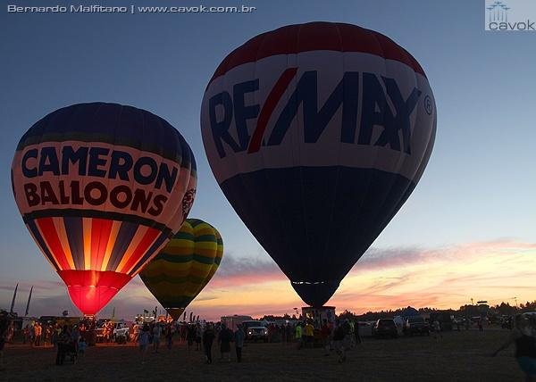 Os balões iluminaram o céu no início da noite. (Foto: Bernardo Malfitano / Cavok)