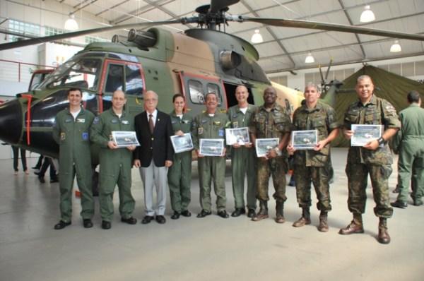O helicóptero de transporte H-34 Super Puma que foi entregue ao Museu Aeroespacial, juntamente com o Diretor do MUSAL, Brigadeiro e membros do 3°/8° GAV. (Foto: MUSAL)
