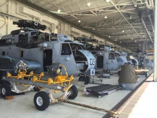 Os cinco próximos helicópteros que serão revisados já estão sendo preparados para o início dos trabalhos em dois locais. (Foto: NAVAIR)