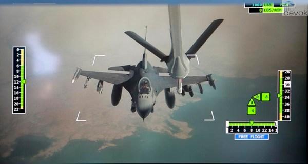 """Um caça F-16C do 480th Fighter Squadron """"Warhawks"""" se prepara para receber combustível de um KC-30A Multi-Role Tanker Transport sobre o Oriente Médio. (Foto: Australia MoD)"""