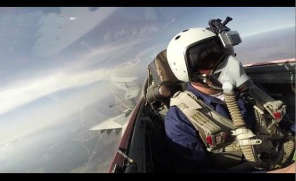 Piloto russo de um caça MiG-29SMT, durante exercício simulado de dogfight.