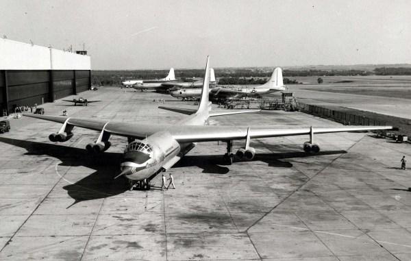 O Convair YB-60 visto mais a frente, enquanto ao fundo aparece três B-36s. (Foto: U.S. Air Force)