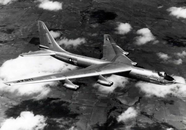 O protótipo do Convair YB-60 em voo (S/N 49-2676). (Foto: U.S. Air Force)