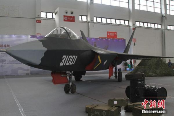 O mockup do J-31 visto na feira em Shenyang.