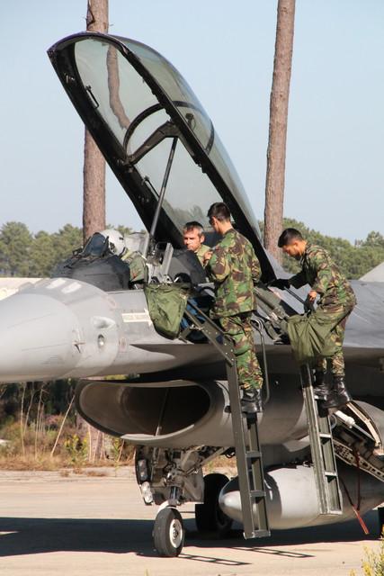 Os pilotos romenos estão recebendo treinamento em jatos F-16 da Força Aérea Portuguesa. (Foto: Romanian MoD)