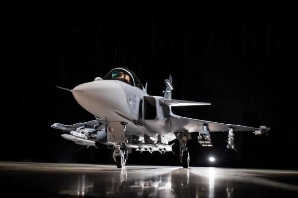 O caça Gripen E apresentado em maio desse ano, vai provavelmente usar peças e componentes das aeronaves Gripen C/D atuais. (Foto: Saab Group)