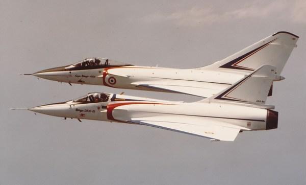 Um MIrage 2000 em primeiro plano com o Mirage 4000 ao fundo. (Foto: Dassault)