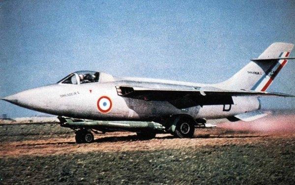 O Sud-Est SE.5000 Baroudeur, durante a decolagem com o auxílio de carrinho.