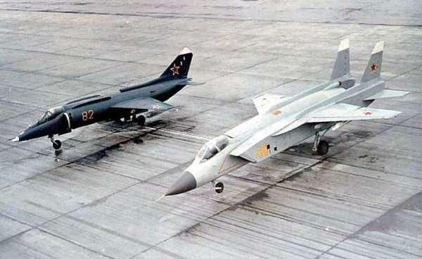 O Yak-43 seria um projeto avançado do Yak-141, visto acima em primeiro plano.