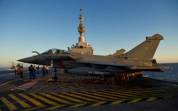 109982463 French Rafale fighters jet are prepared on the deck of the French aircraft carrier Cha large transZgEkZX3M936N5BQK4Va8RWtT0gK 6EfZT336f62EI5U 600x375 - Caças Rafale franceses partem do Charles de Gaulle para ataques ao grupo Estado Islâmico