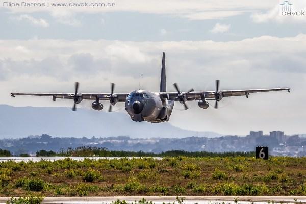 """Bela foto de uma passagem baixa de um C-130H """"Bisonte"""" da Força Aérea Portuguesa. (Foto: Filipe Barros / Cavok)"""