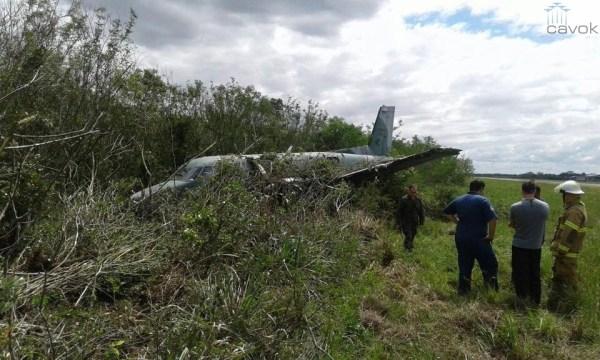 "A aeronave C-95BM ""FAB 2305"" após sair da pista da Base Aérea de Canoas."