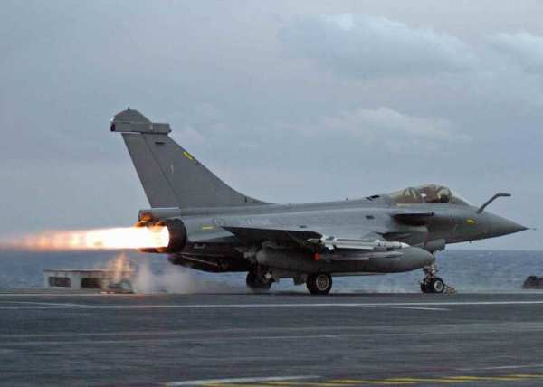 Caças Rafale partiram do porta-aviões Charles de gaulle para atacar alvos do Estado Islâmico em Mosul. (Foto: Marine Nationale)