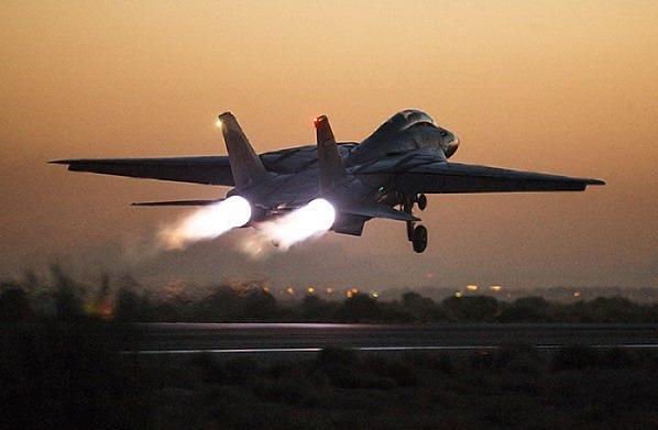 Um caça F-14 Persian Cat decola durante o exercício militar próximo a Teerã, no melhor estilo Top Gun. (Foto: Mehdi Bolourian / FARS)