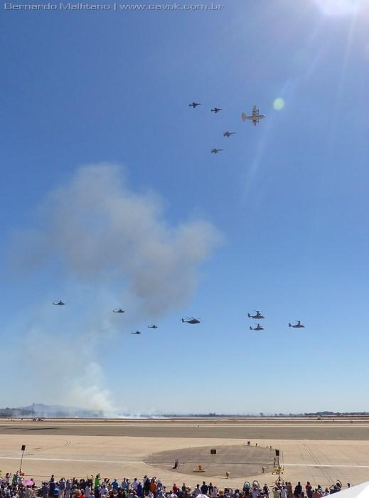 Helicópteros e aviões, além de tanques e blindados, invadem a pista de Miramar.  (Foto: Bernardo Malfitano / Cavok)