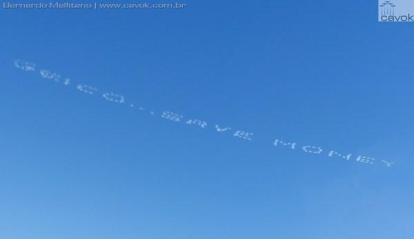 Mensagens comerciais foram escritas no céu por uma equipe civil especializada em Sky-Typing.  (Foto: Bernardo Malfitano / Cavok)