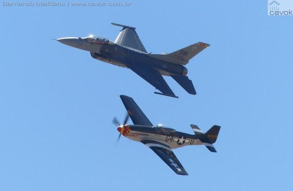 Heitage Flight, com um F-16 da USAF e um P-51 Mustang.  (Foto: Bernardo Malfitano / Cavok)