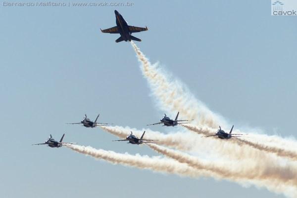 A mais aguardada apresentação deste ano foi a do Esquadrão de Demonstração da Marinha dos EUA, os Blue Angels com seus Hornets.  (Foto: Bernardo Malfitano / Cavok)