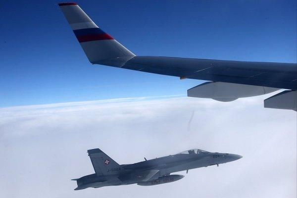 O caça F/A-18C+ da Força Aérea Suíça ao lado do Il-96 russo. (Foto: Konstantin Zavrazhin / Rossiyskaya Gazeta)