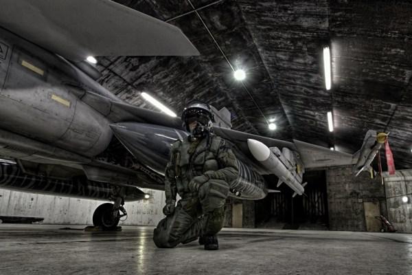 Um piloto Tcheco perto ao seu JAS-39C. Foto: Martin Kral/ Força Aérea Tcheca