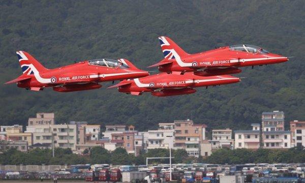 Os Red Arrows realizaram uma apresentação no dia inaugural do China Air Show.