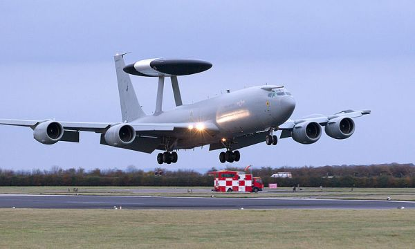 E-3D da RAF durante um pouso.