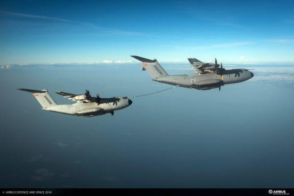 Operação de REVO entre dois cargueiros multi-missão (Foto: Airbus Defense)