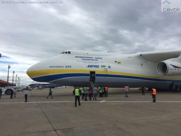 A aeronave An-225 Mryia no pátio do Aeroporto Internacional de Viracopos, Campinas. (Foto: Artur Cunha / Cavok)