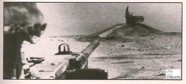 Tanque israelense destrói radar egípcio.