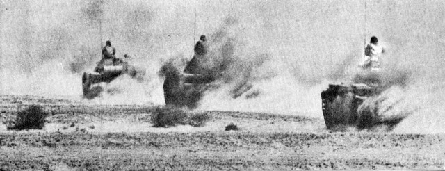 egyptian tanks advancing in the sinai in yom kippur war 1973 - Guerra do Yom Kippur: choque de Titãs
