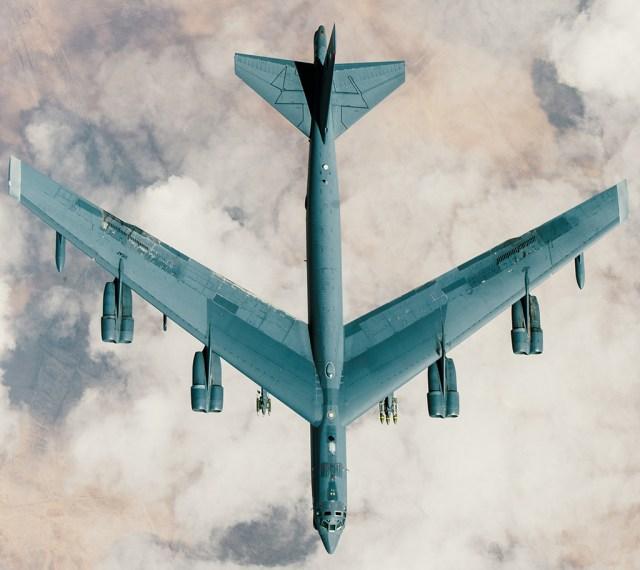 B 52 from above - Bombardeiros B-52 lançaram 3,419 bombas contra alvos do Estado Islâmico desde Abril de 2016