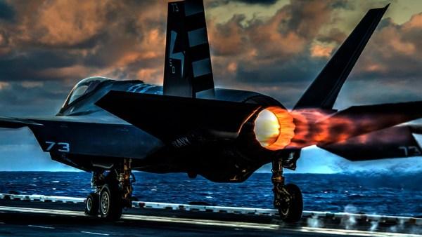 Um caça F-35C aciona a pós-combustão durante decolagem de um porta-aviões.