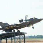 F-35B realiza primeira decolagem usando 'ski-jump' e carregado com bombas guiadas a laser Paveway IV e mísseis ar-ar ASRAAM