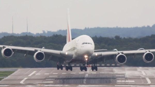 A380 Dusseldorf 600x337 - VÍDEO: Impressionante pouso do Airbus A380 da Emirates com vento cruzado