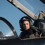 Conheça a mulher que tem como missão desafiar os pilotos de F-22 Raptor