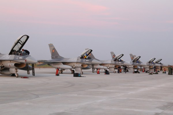 F 16s 600x400 - Romênia quer comprar mais 5 caças F-16 de Portugal