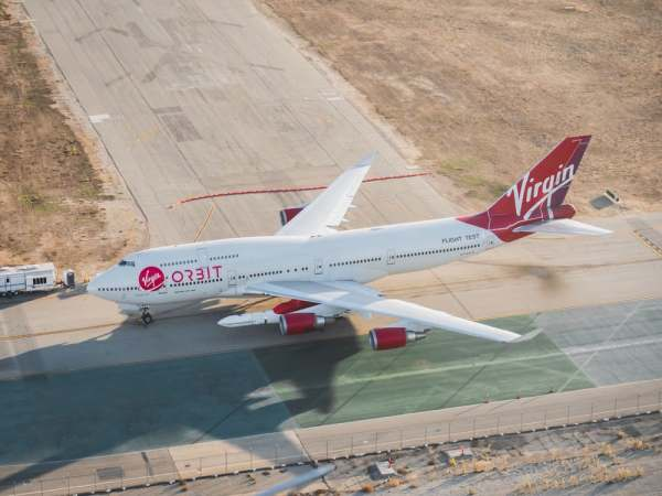 "virgin orbit launcher one 5 600x450 - IMAGENS: LauncherOne é fixado sob a asa do Boeing 747 ""Cosmic Girl"" da Virgin Orbit"