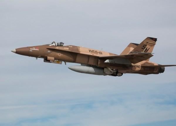 """Hornet Elephant Walk 1 600x428 - IMAGENS: USMC realiza """"Elephant Walk"""" com aeronaves Hornets em Miramar"""