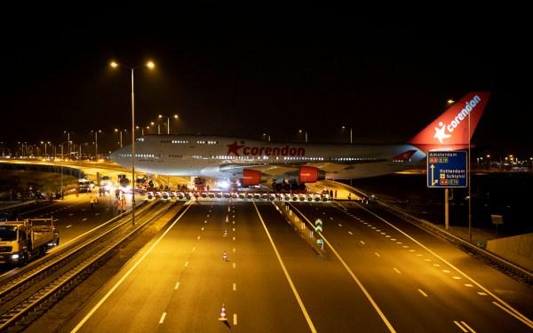 corendon 747 9feb 2 c 1280 corendon 600x375 - IMAGENS: Boeing 747-400 aposentado cruza estradas para virar atração em hotel na Holanda