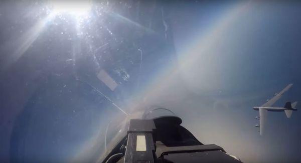 1075931170 600x325 - VÍDEO: Caça Su-27 acompanha B-52 durante voo próximo da Rússia