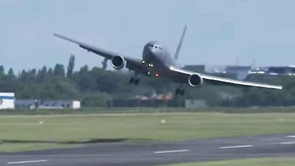 KC 46A PARIS 600x338 - VÍDEO: Boeing KC-46 Pegasus faz chegada em grande estilo no Paris Air Show