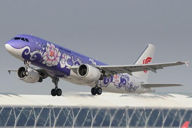 Air China A320 214 B 2376 taking off from Shanghai Pudong International Airport - Airbus planeja aumentar a produção de aeronaves na China e o A350 está nos planos