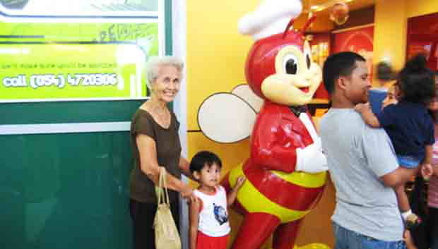 2016_1204_jollibee-customers