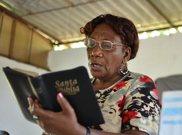 Photo of Cuban woman reading the Bible
