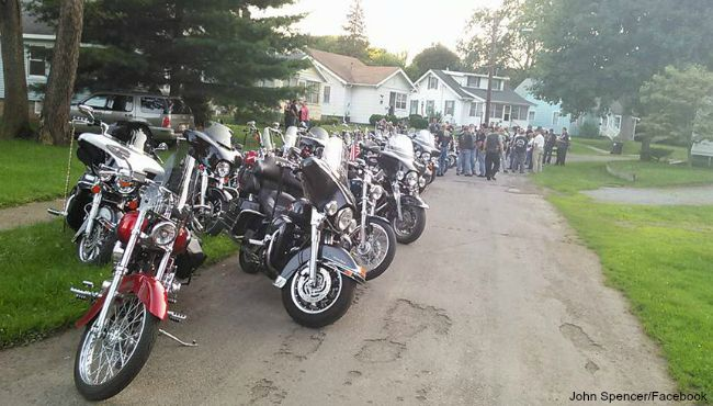Bikers show support for a 7-year-old girl who was bullied. (July 21, 2015)_111111